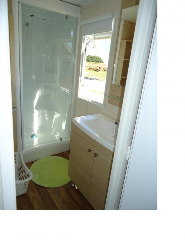 Salle de bain location mobil home souvigny en sologne for Salle de bain yourte